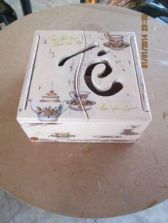 Caja de te, decapada y con decoupage Ceramic Boxes, Wooden Boxes, Ceramic Painting, Painting On Wood, Painted Boxes, Hand Painted, Fruit Box, Decoupage Box, Tea Box