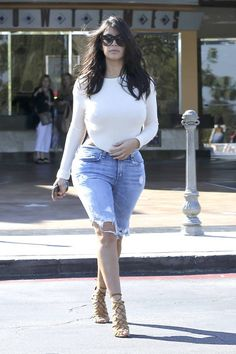 Kim Kardashian goes casual on Sunday for a movie date with husband Kanye West at The Commons at Calabasas in California. Looks Kim Kardashian, Kardashian Style, Kardashian Jenner, Kardashian Fashion, Post Baby Fashion, Curvy Fashion, Boyfriend Jeans, Mom Jeans, Kim K Style