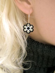Pendientes - plata noche flores - plateado, blanco y negro Brick Stitch Earrings, Seed Bead Earrings, Diamond Earrings, Bead Embroidery Jewelry, Beaded Rings, Beaded Jewelry, Peyote Beading, Armband, Danish Design