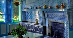 Chez Monet: la cuisine aux carreaux bleus de Rouen, la cuisinière aux fourneaux et les ustensiles de cuivre.