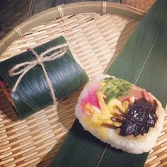 2015.7.21 ☀︎ ・ ・  おはようデス✨ ・ 私の両親の実家は岐阜県恵那市。 そちらの郷土料理#朴葉寿司 を食べたくなり、笹で代用した朴葉寿司風 #笹寿司  なんぢゃそりゃ やっぱ笹の葉ぢゃ小さかったなー ・ ・ 具材はシンプルに椎茸こんぶ、青菜漬け、錦糸たまご、桜でんぶと紅しょうが。 鮭も入れたかったな⤴︎ ・ ・ ・ 今日はコレと冷しワンタン麺! 相性うんぬんはスルー願います✨ ・ ・ #お弁当 #弁当 #旦那弁当 #麺弁当 #朴葉寿司 #笹巻き寿司 #笹寿司 #笹の葉寿司 #郷土料理 #obento #bento #lunchbox ⁎ˇ◡ˇ⁎