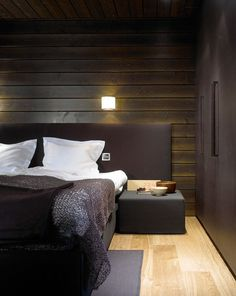 Dunkles Schlafzimmer mit Bett * Holzverkleidung der Wand * Schlafzimmerideen * Inspirationen fürs Schlafzimmer * sleeping well * bedroom * Woodnotes