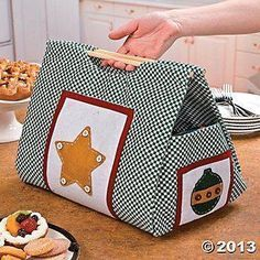 Tuto for the realization of this nice basket - Seme Mendy - - Tuto pour la réalisation de ce joli panier Tuto for the realization of this nice basket!Christmas Casserole Carrier - Oriental Trading - How cool is this? Surely it…Use this festive Chr Fabric Crafts, Sewing Crafts, Small Sewing Projects, Easy Projects, Diy Crafts, Casserole Carrier, Diy Sac, Embroidered Gifts, Couture Sewing