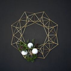 This beautiful Himmeli Wreath is original to the HRUSKAA collection. Inspired from the traditional Finnish himmeli mobile, it casts a beautiful geometric(Diy Ornaments Modern) Noel Christmas, Christmas Wreaths, Christmas Crafts, Christmas Decorations, Xmas, Holiday Decor, Christmas Makeup, Minimalist Christmas, Minimalist Decor