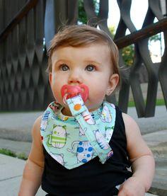 Um item elegante e é uma maneira bonito e colorido para ajudar a manter seu bebê limpo e driblar livre.  Esta bib drible é feito com uma frente de 100% algodão e algodão grosso na parte de trás. Ambos os materiais são macios e altamente absorvente e não vai mudar ou esticar depois infinitas vezes através da máquina de lavar e secar roupa.  Esta bib tem dois conjuntos de snaps plásticos anexados para que este item pode crescer com o seu bebé, pois ele pode ser ajustado para três tamanhos…