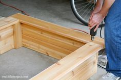 I& going to show you exactly how to make a garden box in this tutorial. They& surprisingly easy to put together and look neat and tidy in the backyard. Cedar Planter Box, Garden Planter Boxes, Box Garden, Pallet Planters, Garden Ideas, Making Raised Garden Beds, Building A Raised Garden, Vegetable Boxes, Home Vegetable Garden
