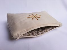 Beaded make-up purse How To Make Beads, Make Up, Craft Stalls, Handmade Accessories, Coin Purse, Wallet, Purses, Crafts, Fashion