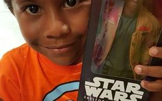 "Menino se identifica com boneco de herói negro de ""Star Wars"" e viraliza na web"