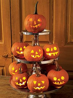 Try these spooky and fun DIY Halloween party ideas for your next bash. These best Halloween party decoration ideas will definitely stun your guests—candy corn bunting and morgue door décor, anyone? Halloween Table, Halloween Party Decor, Halloween House, Holidays Halloween, Spooky Halloween, Halloween Pumpkins, Halloween Crafts, Homemade Halloween, Halloween Ideas