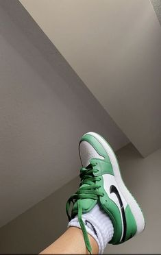 Dr Shoes, Swag Shoes, Nike Air Shoes, Hype Shoes, Green Nike Shoes, Nike Green, Jordan Shoes Girls, Girls Shoes, Michael Jordan Shoes