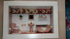 Quadro de banheiro ou lavabo, tipo cenário, feito em madeira MDF, pintado com tinta PVA, miniaturas de cerâmica pintadas e envernizadas,papeis diversos, crochê, flores artificiais,bijú,vitral,etc.Produto envernizado e com vidro de proteção.
