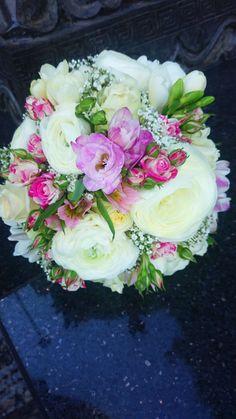 Üde menyasszonyi csokor fehér, krém és pink virágokból.