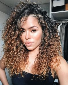 90 easy hairstyles for naturally curly hair - Hairstyles Trends Dyed Curly Hair, Colored Curly Hair, Curly Hair Tips, Long Curly Hair, Curly Hair Styles, Natural Hair Styles, 3b Hair, Updo Curly, Curly Girl