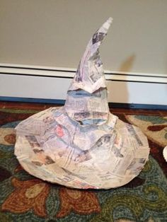 Use strips of newspaper, and a mixture of flour and water to paper mâché your hat. Make sure hat is completely covered . Allow to dry for 24 hours Mais Baby Harry Potter, Harry Potter Baby Shower, Chapeau Harry Potter, Deco Noel Harry Potter, Harry Potter Navidad, Harry Potter Fiesta, Harry Potter Weihnachten, Harry Potter Thema, Harry Potter Sorting Hat