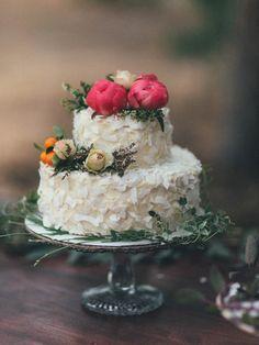 Coconut wedding cake with flowers | Wildhagen Photography
