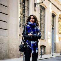 jean noir + baskets bleu électrique