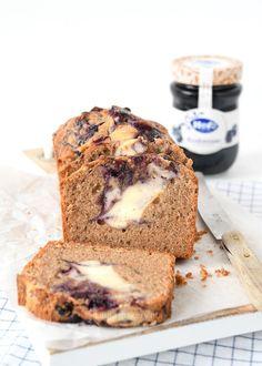 Kaneelcake met bosbessen cheesecake swirl - Laura's Bakery