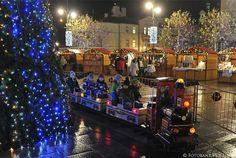 SOPOT - Święta Bożego Narodzenia 2015 - Na Placu Przyjaciół Sopotu stoi ogromna choinka, nowe świetlne dekoracje i od 19 grudnia do 3 stycznia (z wyjątkiem 24 i 25 grudnia) miasto zapraszadzieci na bezpłatną karuzelę
