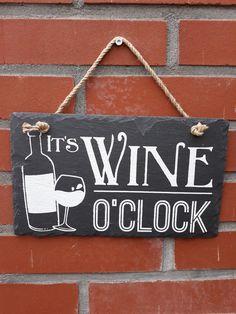 Leisteen tekstbord ' It's WINE O'CLOCK '. Het is tijd voor een lekker wijntje ! Deze mooie tekst op leisteen is een 100% natuurproduct waardoor elk exemplaar uniek is. Het is zeker ook geschikt om buiten te gebruiken. De afmeting is 15 x 25 cm. Wine O Clock, Home