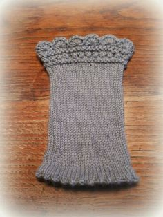 Knitting Patterns Socks The first two pairs of cuddly merino wool handcuffs are knitted this year. Knitting Charts, Loom Knitting, Knitting Socks, Knitting Patterns, Crochet Patterns, Mittens Pattern, Knit Mittens, Knitted Gloves, Wrist Warmers
