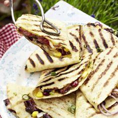 Quesadillas vom Grill mit Rindfleisch, Bohnen, Mais und Guacamole Rezept | LECKER