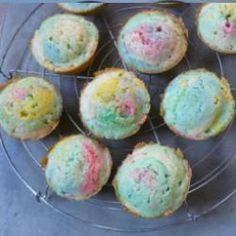 Süße Geburtstagsmuffins in allen Regenbogenfarben, eine süße Idee für den #Kindergeburtstag #Regenbogenmuffins http://de.allrecipes.com/rezept/5896/bunte-kindermuffins.aspx