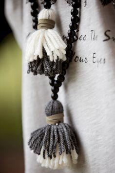 Los bohemios tradicionales no podían permitirse telas caras, por lo que optaban por telas naturales. Al comienzo del movimiento bohemio, se utilizaba la lana, que todavía se usa. Otras telas naturales, como el algodón, la seda y el lino, también se usan. Diy Tassel, Tassel Jewelry, Fabric Jewelry, Jewelry Art, Gemstone Jewelry, Tassels, Jewelery, Fashion Jewelry, Knot Necklace