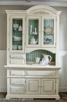 Beautiful Hutch Refinished Hutch with Blue Backdrop! Start at Home Decor Beautiful Hutch Refinished Hutch with Blue Backdrop! Start at Home Decor Barbara Sasse b_sasse MÖBEL AUFHÜBSCHEN An inexpensive thrift-store […] makeover beadboard Paint Furniture, Furniture Projects, Furniture Makeover, Furniture Plans, White Furniture, Furniture Design, Dresser Makeovers, Refinished Furniture, Simple Furniture