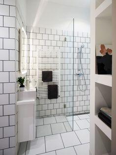Kleine witte badkamer met gouden details - Badkamer, Jaren 90 en ...