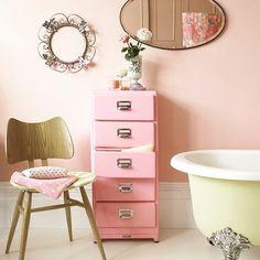 Il bagno di tinge di rosa! The bathroom is colored pink! #pink #yellow #bathroom #design #bathdesign #Flowers #spring #color #stiledivita #stilebagno #luxury #homedesign #primavera #colori #bagno #vascadabagno #style #lovedesign #beautiful #stile #housetohome by stile_bagno