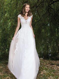 Romantisches Brautkleid mit spitzenverziertem Tüllrock aus der H&G-Kollektion. Wedding Dresses, Classic, Fashion, Dress Wedding, Curve Dresses, Bride Gowns, Wedding Gowns, Moda, La Mode