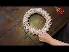 ghirlanda fuori porta primaverile - YouTube Diy Wedding Flowers, Diy Wedding Favors, Diy Makeup Decor, Diy Jewelry For Beginners, Diy Gifts For Mothers, Diy Projects To Sell, Paper Weaving, Newspaper Crafts, Paper Flower Tutorial