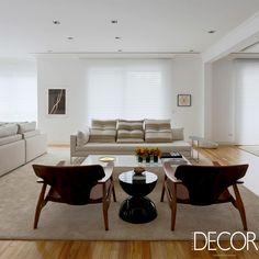 Com projeto de interiores do escritório WF Arquitetos, apartamento preza por espaços para armazenamento e para receber com conforto, privilegiando a amplitude e a fácil circulação.
