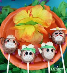 Delicious cake pops? Yes, please! Especially these cute little guys. Make your next birthday party a Moana party with help from @lauraslilparty! Follow the link and get all the details plus more party ideas!