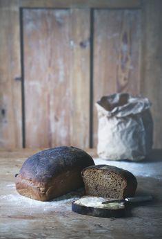 Igår svängde jag ihop två limpor vörtbröd. Jag säger svängde för här gick det verkligen undan. Är man van att kalljäsa, vika levain eller hålla sig med surdegar får man här istället... Christmas Bread, Vegan Christmas, Swedish Christmas, Savoury Baking, Bread Baking, Yeast Bread Recipes, Rustic Bread, Our Daily Bread, Pan Bread