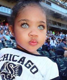 Hermosa niña igual a una Angel de ojos verdes Cute Mixed Babies, Cute Black Babies, Beautiful Black Babies, Cute Little Girls, Beautiful Children, Cute Kids, Beautiful Eyes Color, Stunning Eyes, Pretty Eyes