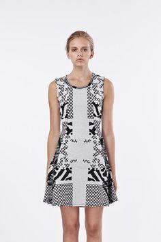Nepthea är en vacker och lekfull klänning i säsongens mönstrade jersey. - Stylein