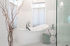 recherche d'accessoire pour le bains, salle de bains classique Armoire, Clawfoot Bathtub, Decoration, Bathroom, Classic Bathroom, Search, Clothes Stand, Decor, Washroom