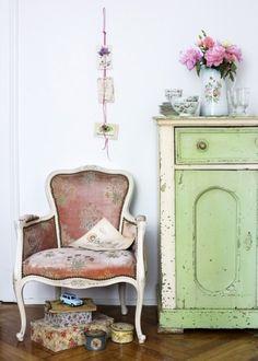 Möbel im Shabby chic selber machen-Sessel und Kommode mit abgeplatzter Farbe