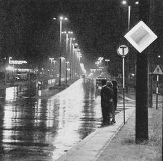 """Ulica Aleksandrowska nocą. Dalej po lewej stronie kadru widnieje neon """"Teofila"""". 1972r"""