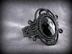 Vous recevrez ce bracelet noir en macramé orné dun cabochon donyx facetté.  Le fil est en polyester ciré, très résistant. Fermoir réglable orné