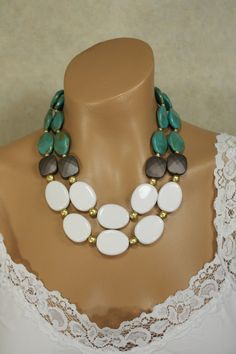 Artículos similares a Chunky Double Strand Statement Necklace Turquoise, Gold, and White, Dezaree en Etsy