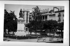 1930s.Plaza de Isabel II,el cine Real Cinema al fondo.P&B.