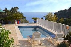 Villa familiale caractéristique près de Tossa de Mar avec terrasse et barbecue en pierre, un jardin, une piscine privée et une vue fantastique sur la mer méditerranée.