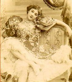 "Carolina ""La Belle"" Otero was a Spanish born dancer, actress and courtesan. Vintage Pictures, Old Pictures, Vintage Images, Old Photos, Vintage Love, Vintage Beauty, Vintage Ladies, Belle Epoque, Comedia Musical"
