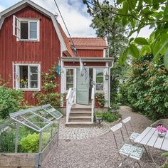 FISKAREGATAN 13 I hj rtat av Vaxholm k Scandinavian Interior Decorations – toptrendpin. Small Cottages, Red Cottage, Swedish House, Cute House, House Goals, Scandinavian Interior, Home Design, Old Houses, Fresco