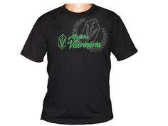 Camiseta em malha poliviscose na cor preta com estampa frontal.