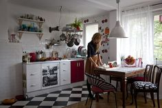 Kitchen , Retro Style Kitchen Decor Put Your 1950's Memories Back : Classic Retro Kitchen With Checkerboard Floor Tiles