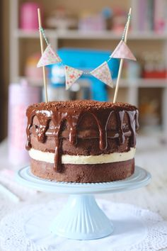 Receita de Naked Cake com recheio de brigadeiro e 4 leites – ninguém vai resistir a esse bolo em qualquer festinha!