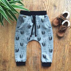 Weer een broekje van onder de naaimachine. Lekker warm en zacht #naaien #joggingbroek #jongen #kindermode #flatlay Flat Lay Photos, Baby Patterns, Sewing, Instagram Posts, Inspiration, Clothes, Fashion, Tricot, Biblical Inspiration